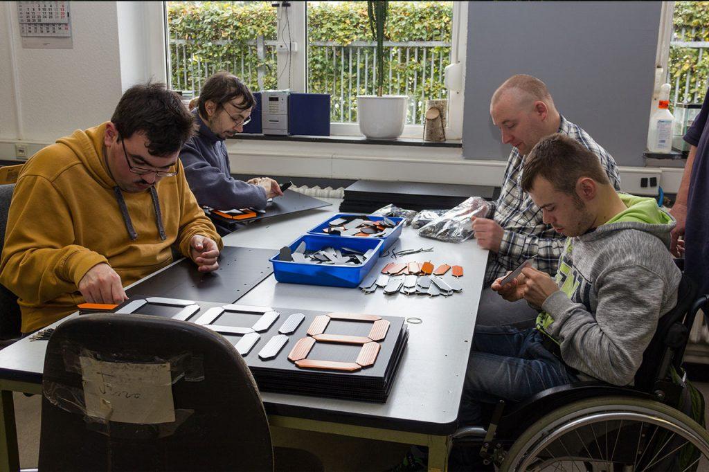 Team der Lebenshilfe bei der Montage der Anzeigetafeln